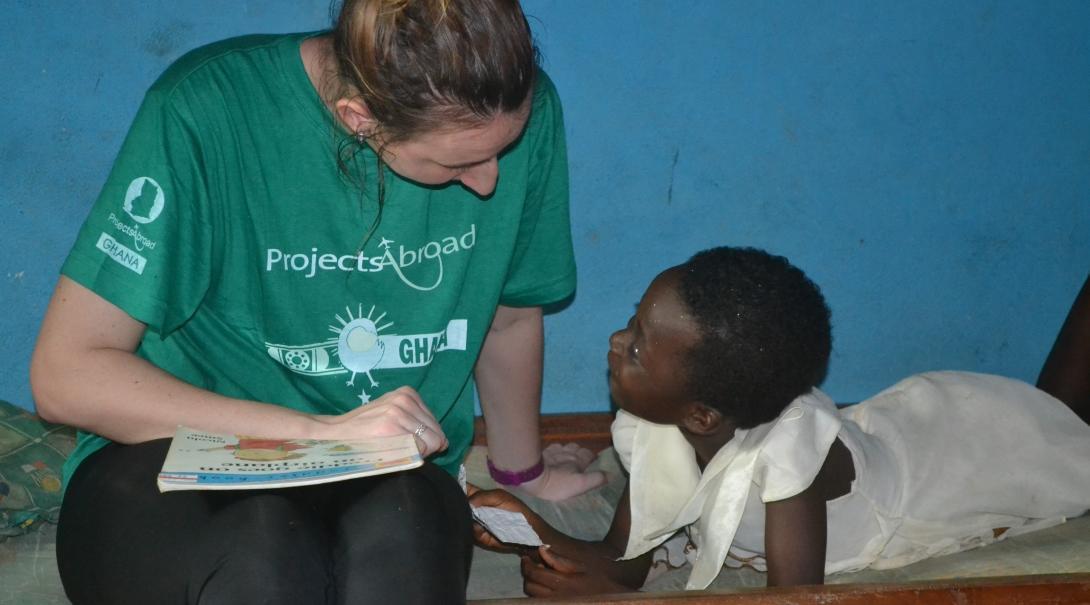 Una interna orientando a una niña durante sus Prácticas de Trabajo Social en Ghana.